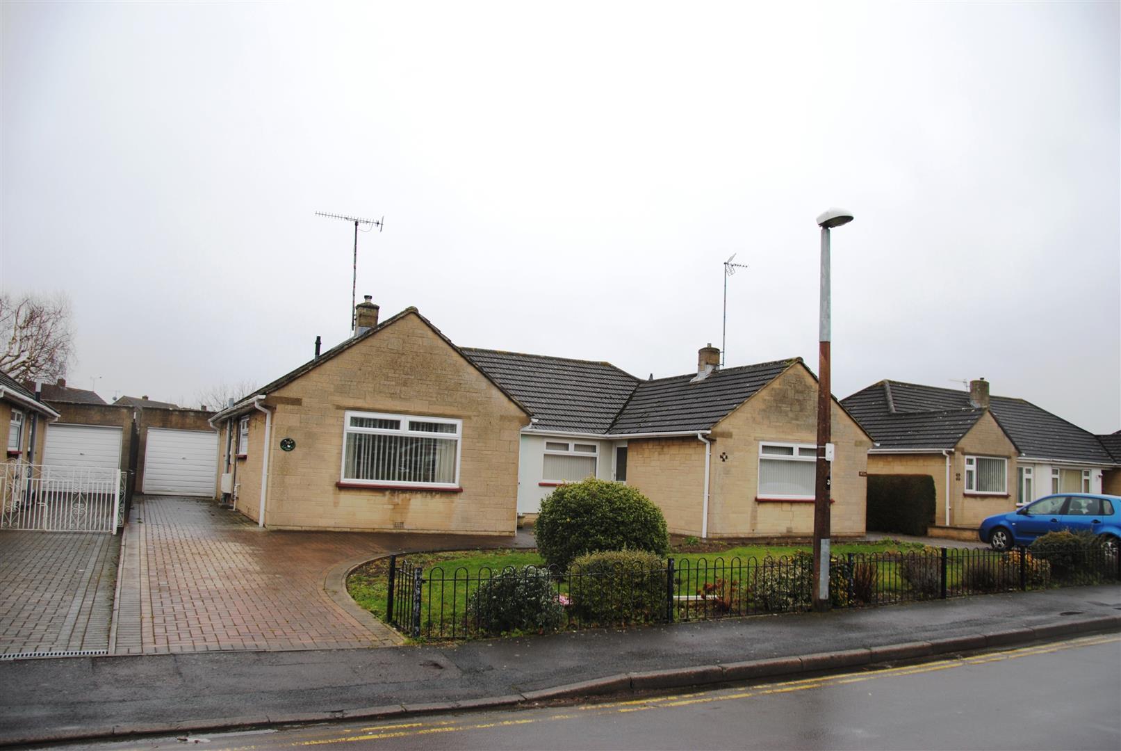 3 Bedrooms Semi Detached Bungalow for sale in Pen Close, Greenmeadow, Swindon
